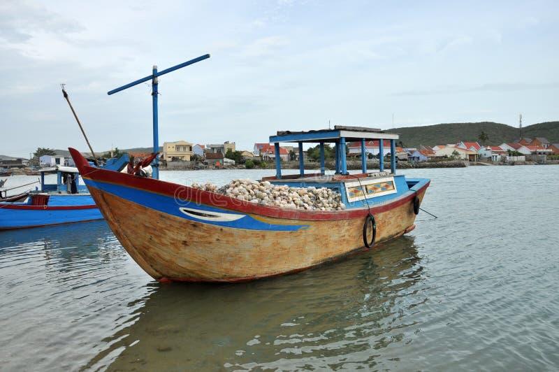 Fischerboot auf Fluss, Vietnam lizenzfreies stockbild