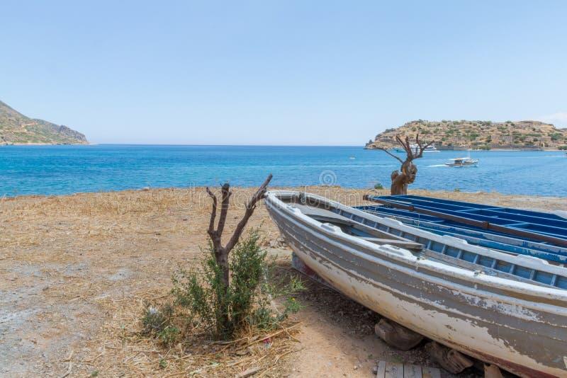Fischerboot auf Spinaloga-Strand, Kreta, Griechenland stockfotografie
