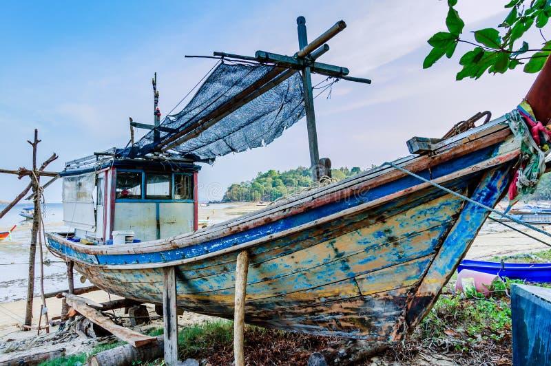 Fischerboot auf Strand für Reparaturen, Phuket, Thailand stockfotografie