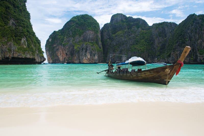 Fischerboot auf Thailand-Strand lizenzfreies stockbild