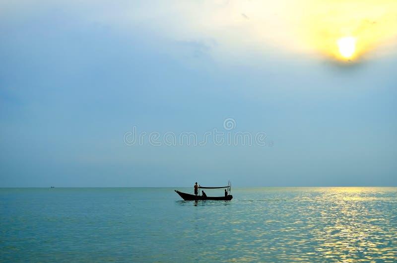 Fischerboot bei Sonnenaufgang lizenzfreies stockfoto