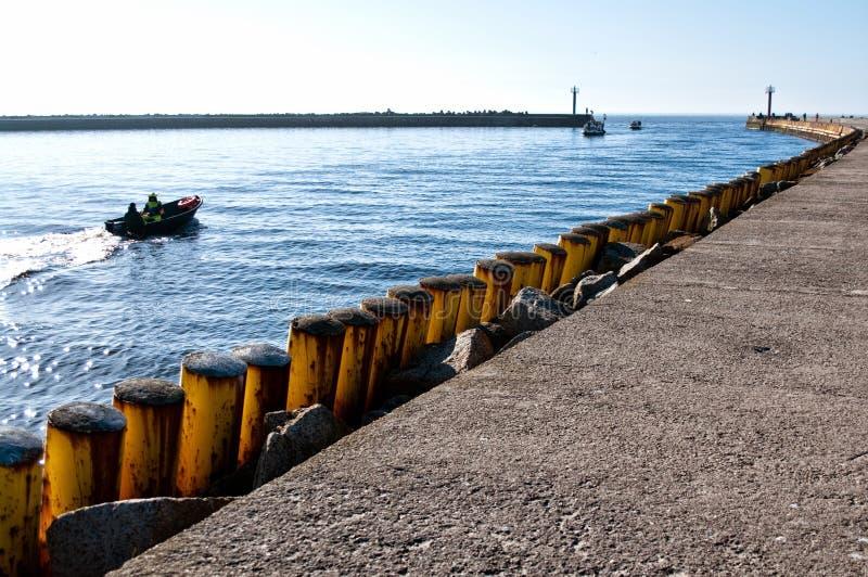 Fischerboot, das Darlowo-Hafen verlässt lizenzfreie stockbilder