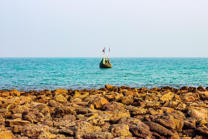 Fischerboot, das Fischen anstrebt lizenzfreie stockfotos