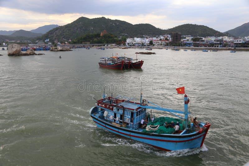 Fischerboot, das Hafen Nha Trang verlässt stockfoto
