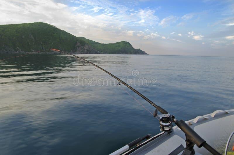 Fischerboot, das im Ozean mit der Schleppangel fischen stockfotografie