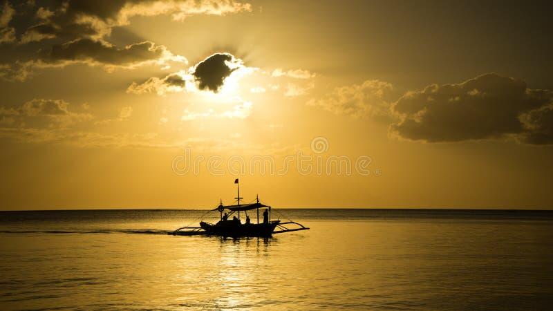 Fischerboot, das nach Hause zurückgeht lizenzfreie stockfotografie