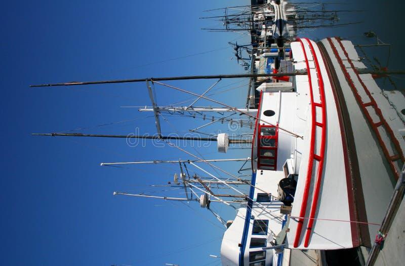 Fischerboot an den Docks stockfotografie