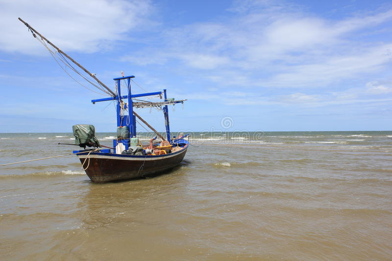 Fischerboot an der Küste stockbild