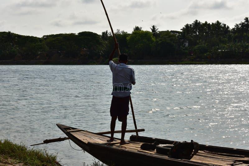 Fischerboot des indischen Dorfs mit einem Mann lizenzfreies stockbild