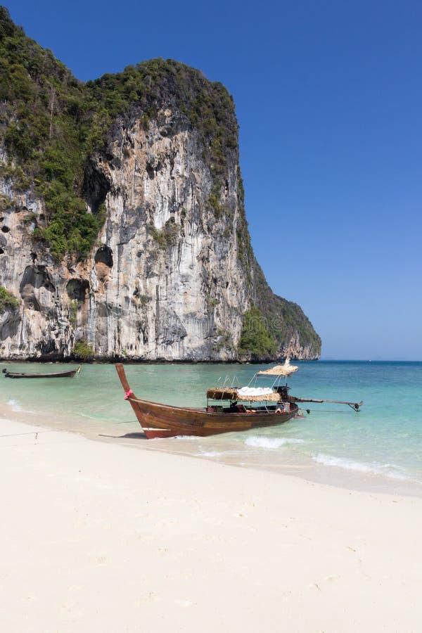 Fischerboot des traditionellen langen Schwanzes setzte auf Koh Lao Liang, Trang, Thailand auf den Strand lizenzfreie stockfotografie