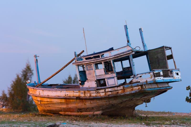 Fischerboot fischt heraus stockfotografie