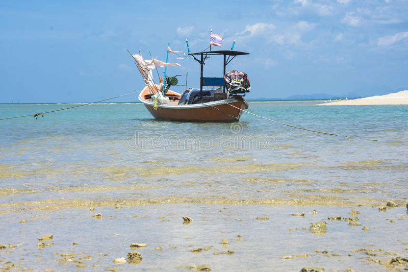 Fischerboot im blauen Himmel des Strandes im aisia lizenzfreies stockfoto