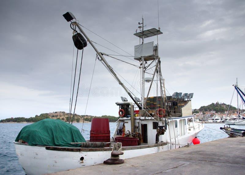 Fischerboot im Hafen, Hafen lizenzfreies stockfoto