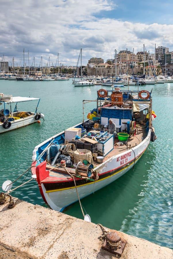 Download Fischerboot Im Hafen Von Iraklio, Kreta, Griechenland Redaktionelles Foto - Bild von blau, küste: 106801221