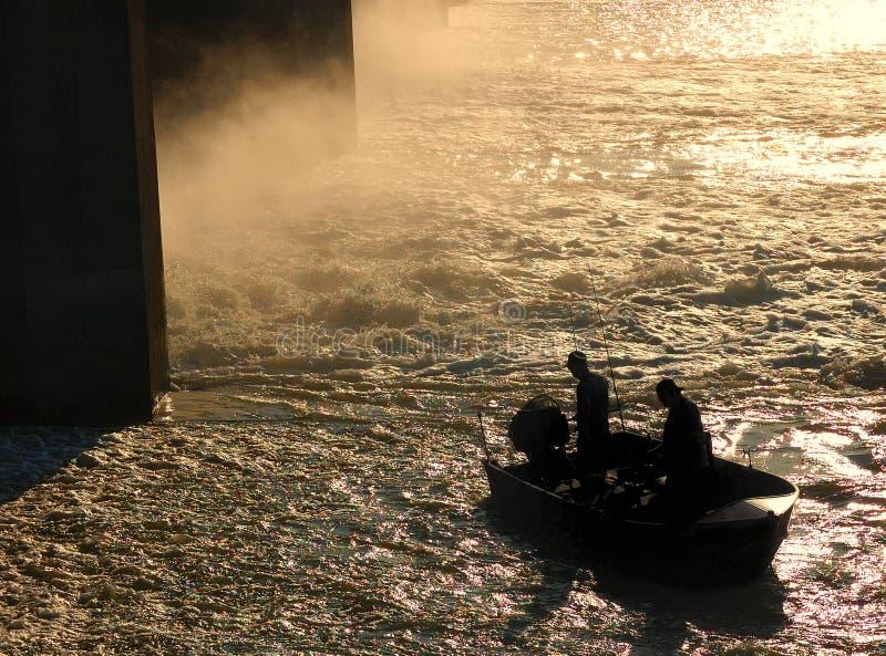 Fischerboot im rauen Wasser stockfoto