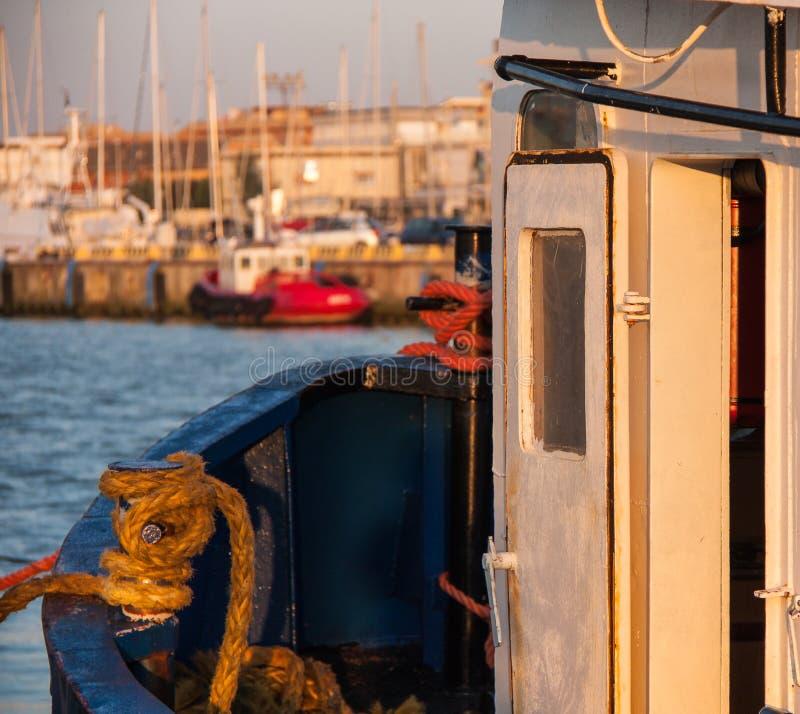 Fischerboot im warmen Sonnenuntergang auf dem Meer Detail der Kabinentür und der Linien lizenzfreie stockbilder