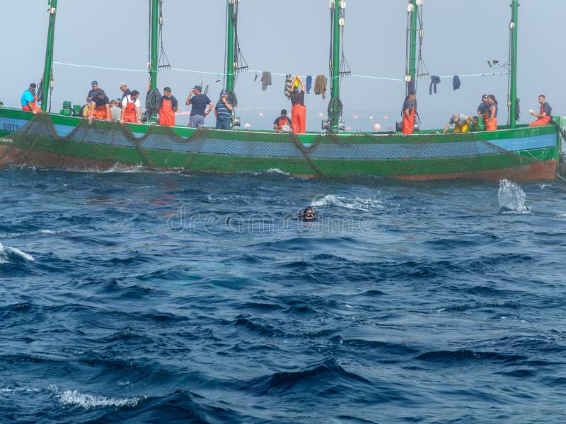 Fischerboot mit Gruppe Männern lizenzfreie stockfotos