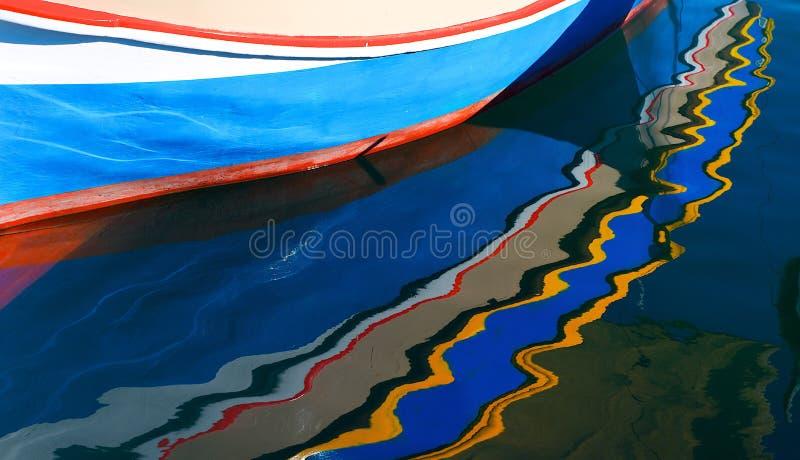 Fischerboot mit Reflexions-, legendärer und ikonenhafterbunter, bunter Reflexion von Fischerbooten in Malta lizenzfreie stockbilder