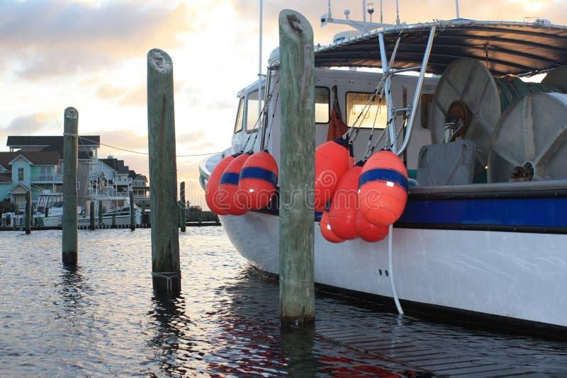 Fischerboot nach Sturm stockbild