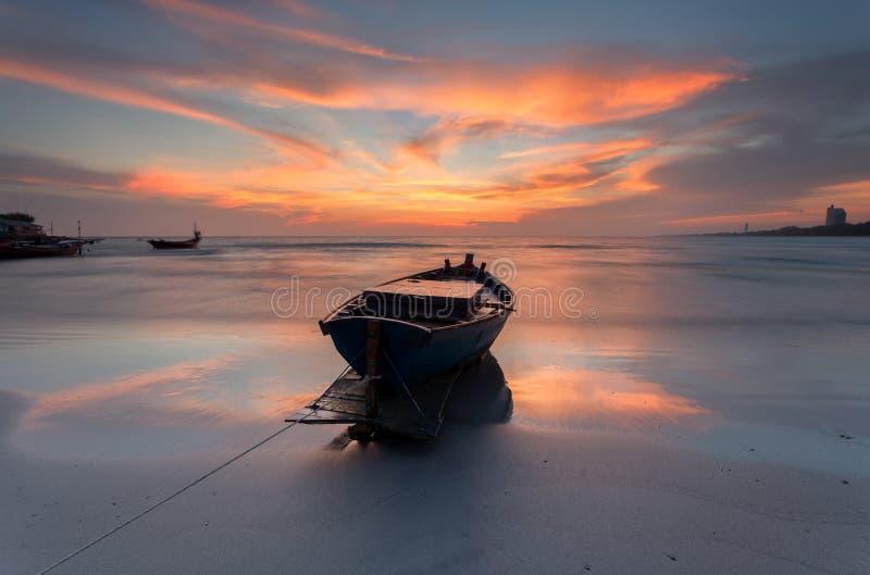 Fischerboot am Strand während des Sonnenuntergangs stockfotos
