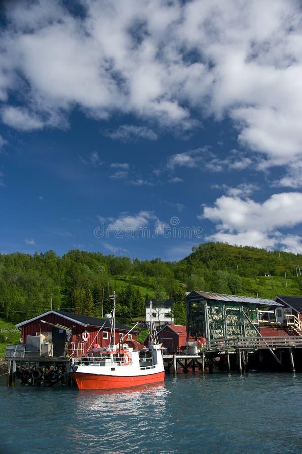 Fischerboot und Kai lizenzfreies stockbild