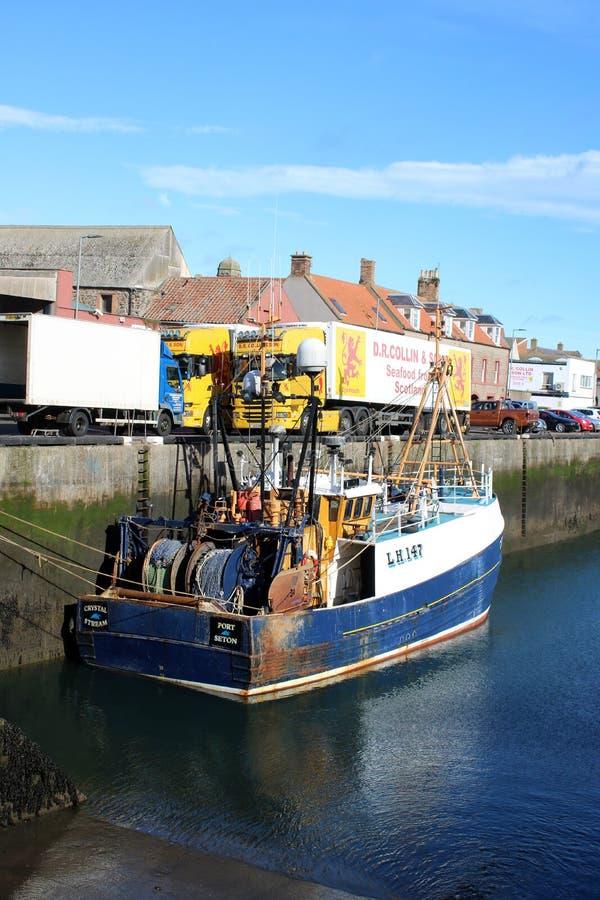 Fischerboot- und Meeresfrüchtelastwagen, Eyemouth-Hafen stockbild