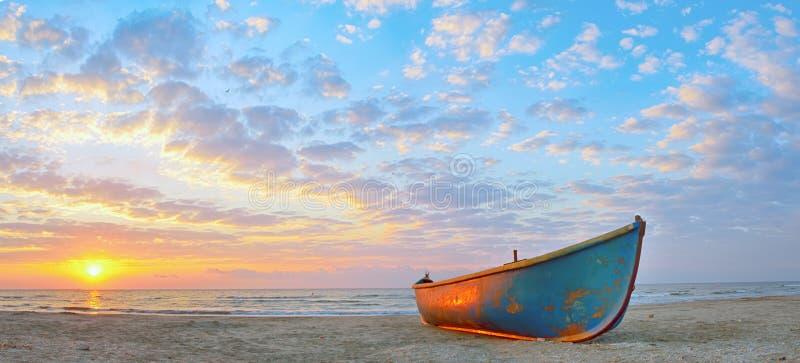 Fischerboot und Sonnenaufgang lizenzfreie stockbilder
