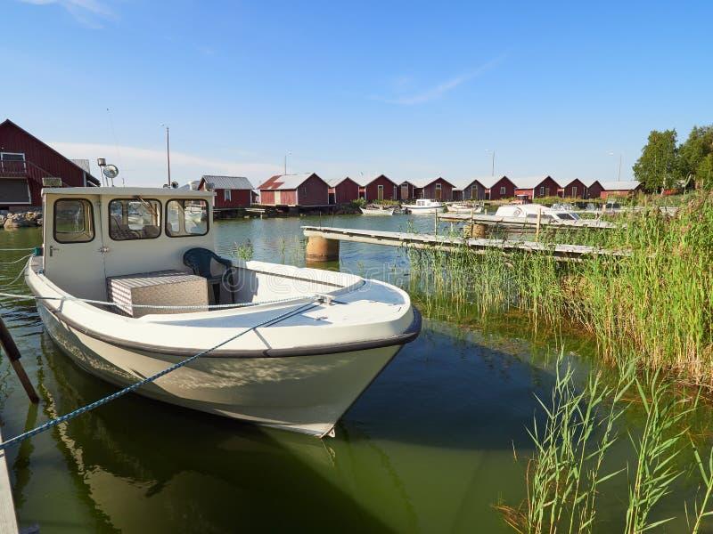 Fischerboot verankert im kleinen Hafen lizenzfreie stockbilder