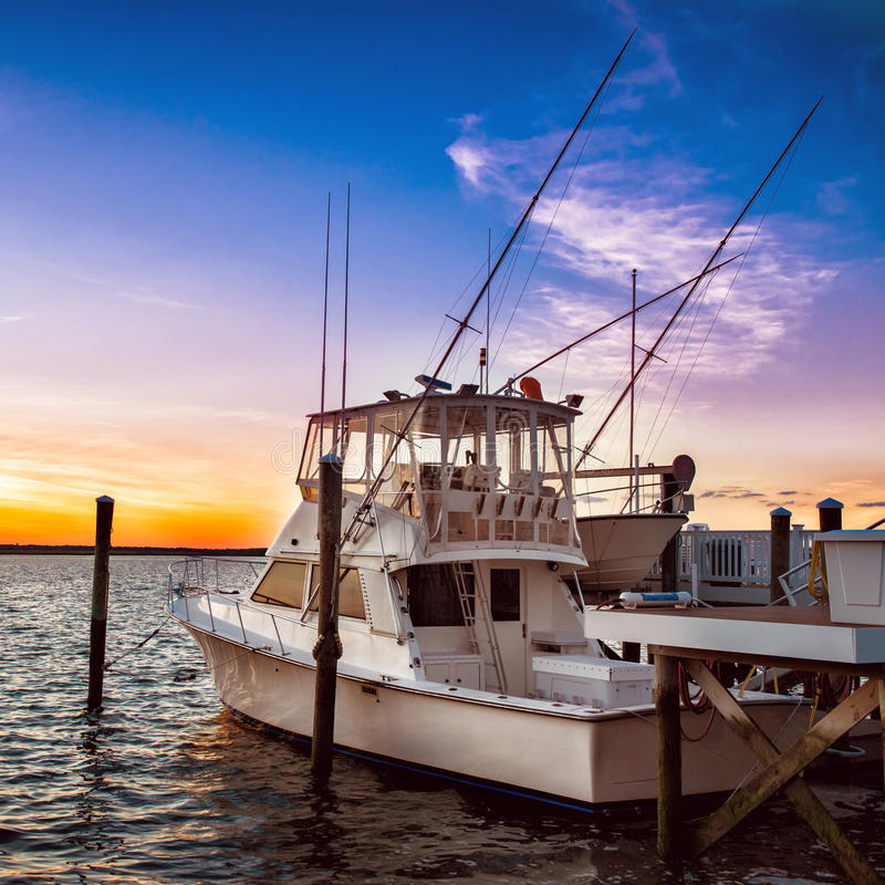 Fischerboot yacht auf dem Pier bei Sonnenuntergang auf dem Seepier lizenzfreies stockfoto