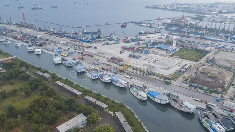 Fischerboote am alten Hafen Sunda Kelapa stockbilder