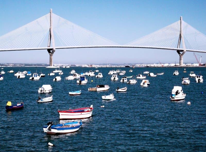 Fischerboote auf der Brücke von La Constitucion, genannt La Pepa, in Cadiz stockfotos