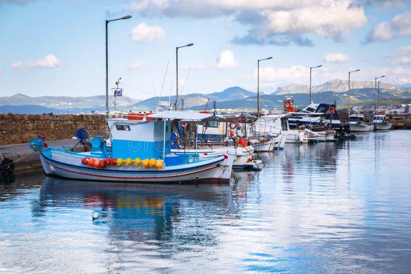 Fischerboote auf der Küstenlinie von Kreta lizenzfreies stockbild