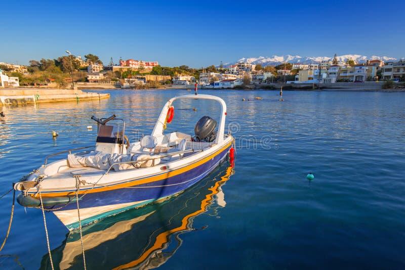 Fischerboote auf der Küstenlinie von Kreta stockfotos