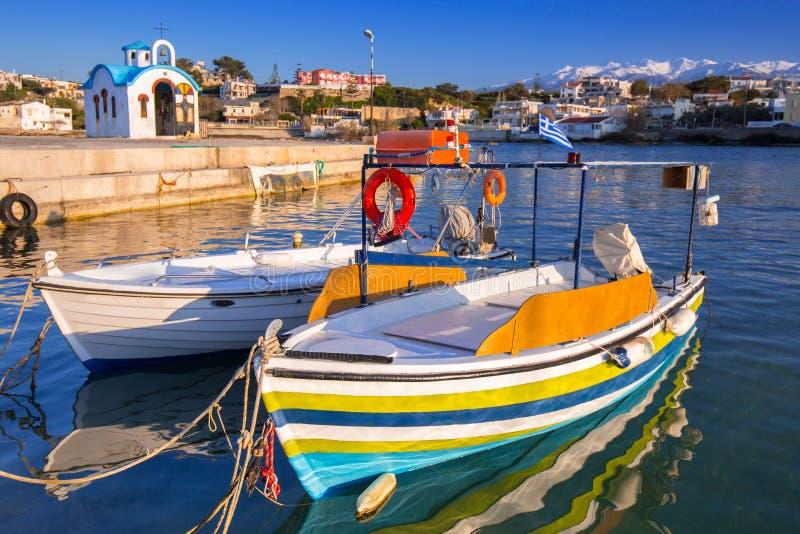 Fischerboote auf der K?stenlinie von Kato Galatas-Stadt auf Kreta, Griechenland lizenzfreie stockbilder