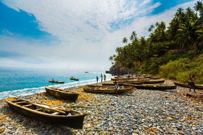 Fischerboote auf Sao- Tomestrand lizenzfreies stockfoto