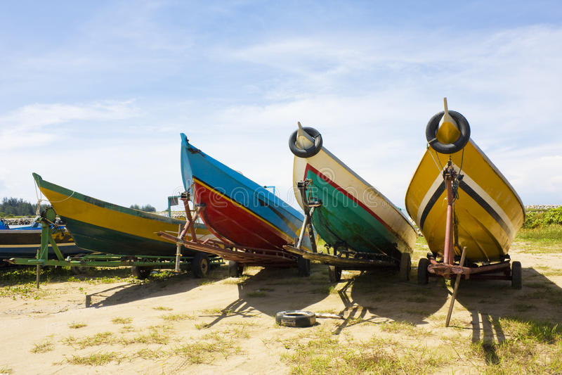 Fischerboote auf Strand, Brunei lizenzfreies stockfoto