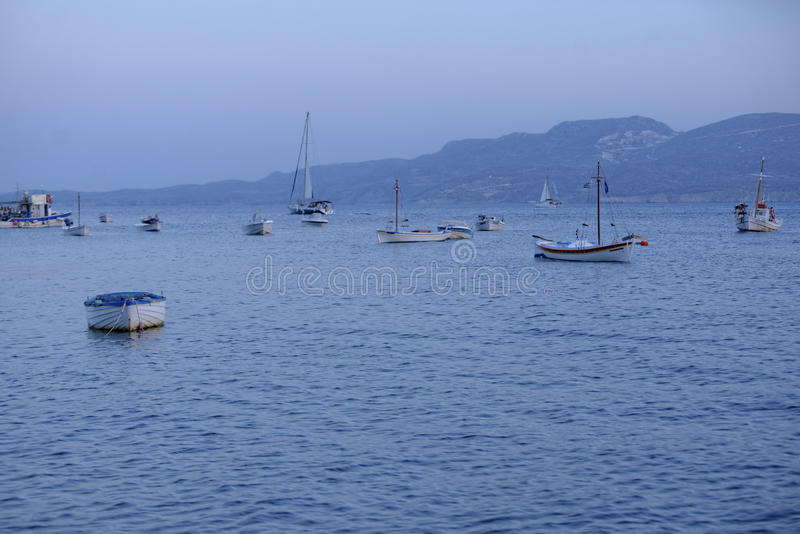 Fischerboote bei Sonnenuntergang lizenzfreie stockfotografie
