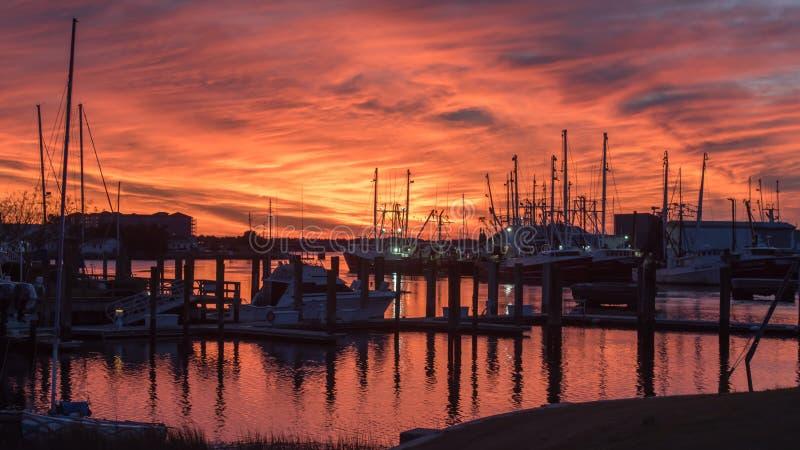 Fischerboote bei Sonnenuntergang im Jachthafen stockfotos