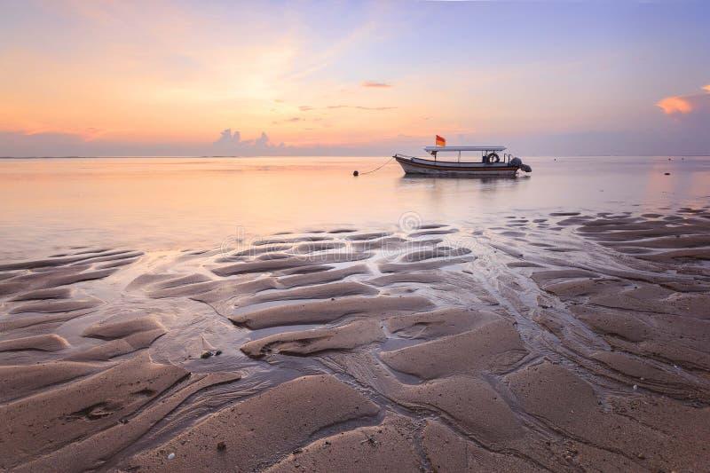 Fischerboote bevölkern die Küstenlinie am Sanur-Strand Indonesien stockbild