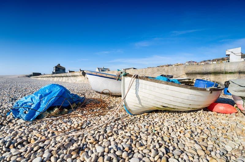 Fischerboote an Chesil-Bucht lizenzfreie stockfotografie