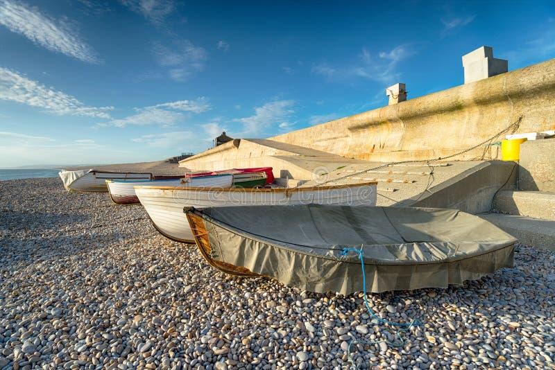 Fischerboote an Chesil-Bucht stockfotografie
