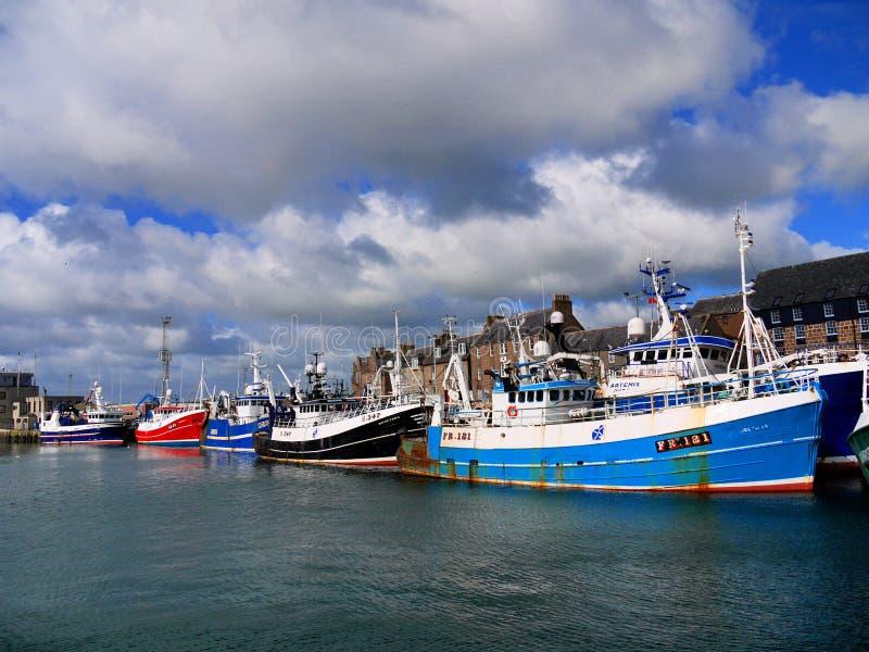 Fischerboote in der Hafen-Szene stockfoto