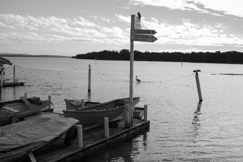 Fischerboote der malerischen kleinen hölzernen Weinlese am Dock stockfotos