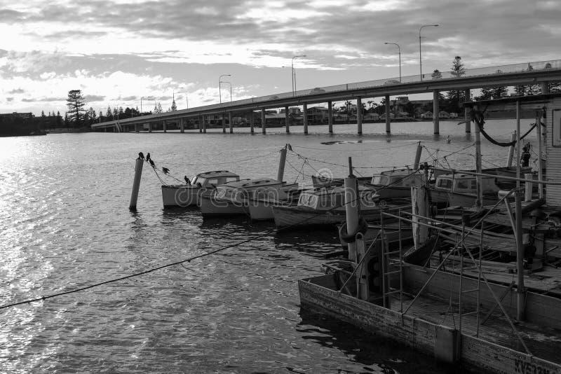 Fischerboote der malerischen kleinen hölzernen Weinlese am Dock lizenzfreie stockfotos