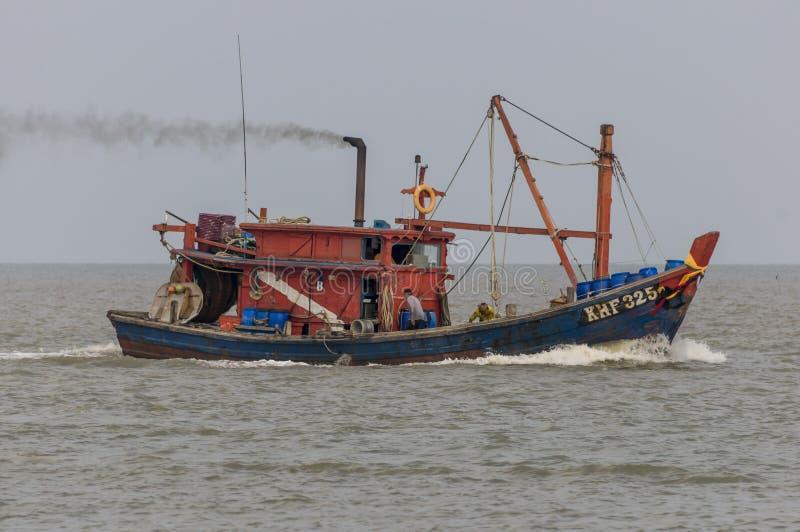 Fischerboote, die vom Meer zurückkommen lizenzfreie stockfotos