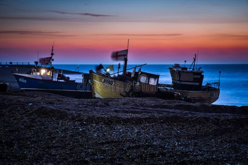 Fischerboote, die warten, von Hastings-Strand vor Dämmerung gestartet zu werden lizenzfreie stockbilder