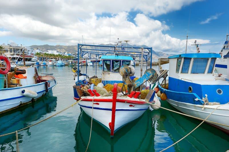 Fischerboote in einem Hafen lizenzfreie stockbilder