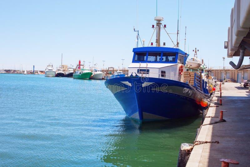 Fischerboote festgemacht im Hafen lizenzfreies stockbild