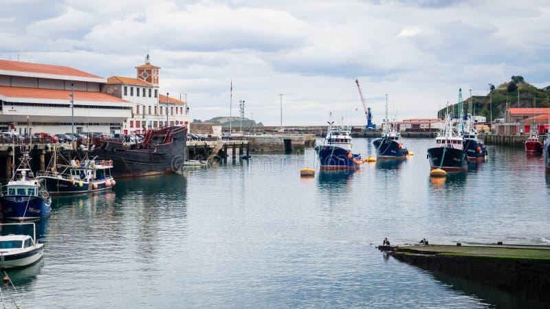 Fischerboote festgemacht im Hafen von Bermeo an einem bewölkten Tag stockfoto