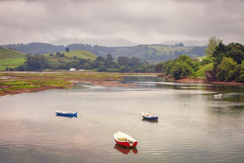 Fischerboote im Dorf von San Vicente de la Barquera in Ca stockbilder